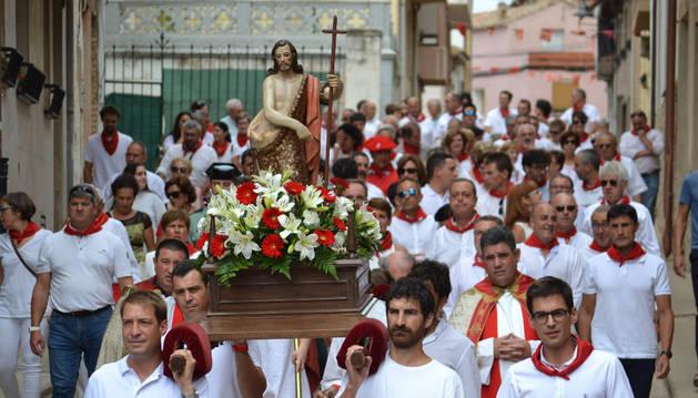 Los quintos nacidos en el año 1975 portaron las andas con el santo por las calles del centro de la localidad.