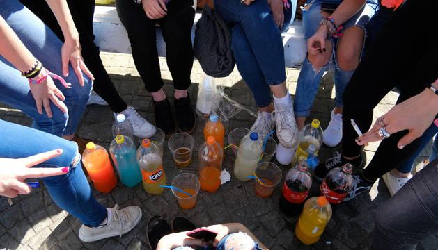 Adolescentes y jóvenes, de 'botellón' en la Media Luna.