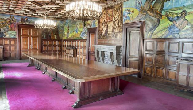 Imagen del Salón de Sesiones del Palacio de Navarra con las pinturas ya restauradas.