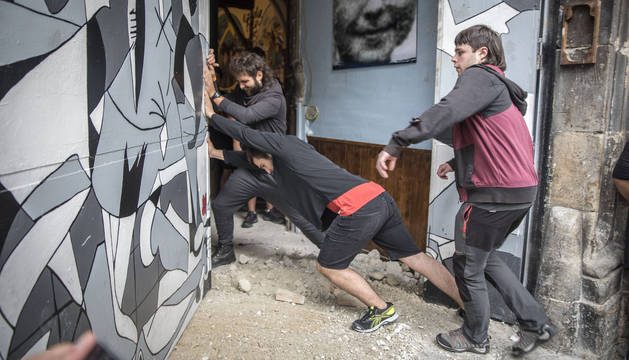 Varios 'okupas' vuelven a tomar Rozalejo, en la Navarrería, el pasado viernes 17 de agosto.