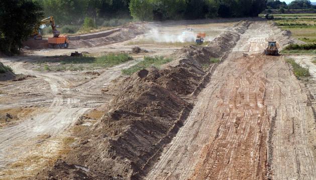 Maquinaria pesada trabaja estos días en el retranqueo de la mota del Ebro (el río está a la izda. de la imagen) en Alfaro (La Rioja).