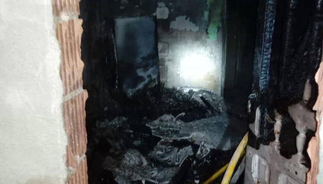 La bajera incendiada en Andosilla.