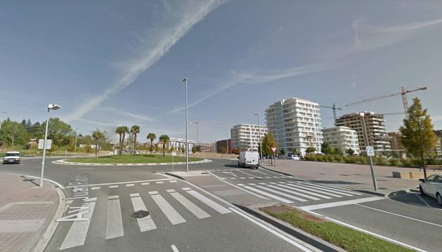 Vista de la rotonda en la que se cruzan la avenida Juan Pablo II y la calle Cataluña en Lezkairu.