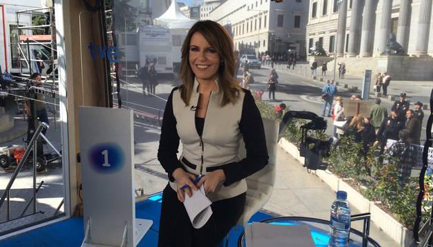 La periodista Pilar García Muñiz antes de una retransmisión para RTVE.