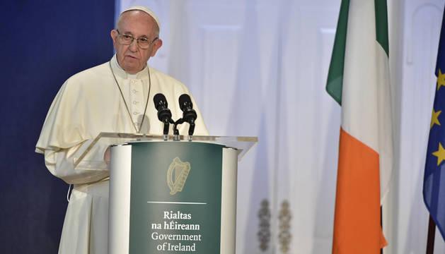 Una foto impresa publicada por la Oficina de Prensa del Vaticano muestra al Papa Francisco durante su discurso en el Castillo de Dublín, en Irlanda.