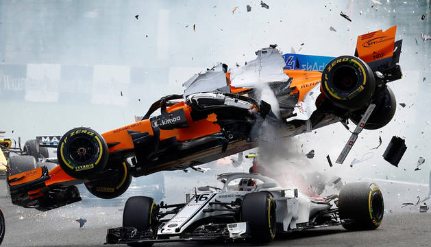 Tremendo accidente de Alonso en la primera curva del GP de Bélgica