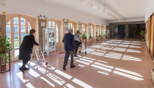 Tres ancianas recorren uno de los pasillos de la residencia Casa de Misericordia.