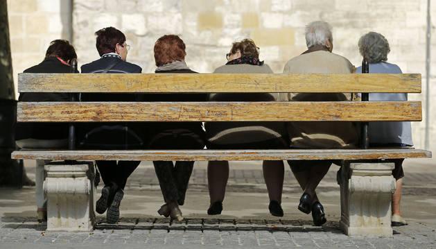 Un grupo de jubilados, en un parque.