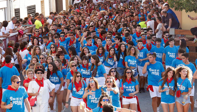 MAREA AZUL Las peñas 'tiñieron' con sus camisetas azules las calles de Ribaforada durante los pasacalles que hicieron con la charanga.
