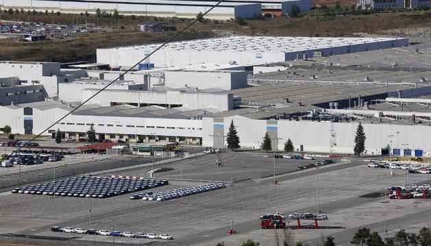 Vista del aparcamiento de vehículos terminados de la fábrica de VW-Navarra en Landaben la semana pasada.