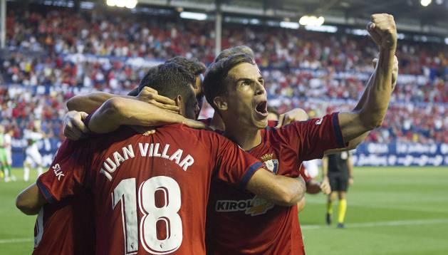 Juan Villar, autor del gol ante el Elche, celebra con sus compañeros el tanto