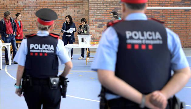 Dos mossos, durante el referendum del 1-O en Figueras.