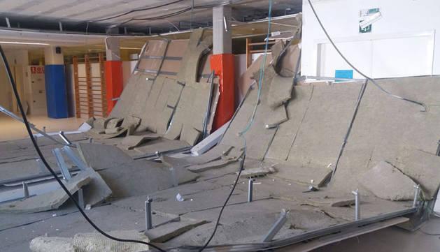 Parte del falso techo desprendido en el C.P. Patxi Larrainzar