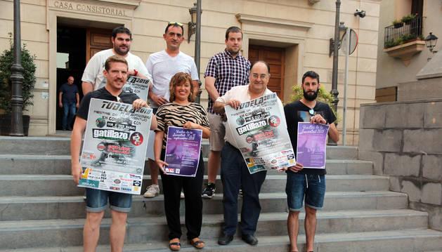 Foto de los representantes de las peñas y del Ayuntamiento posan frente al consistorio.