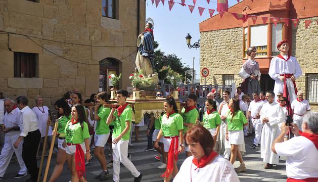 Los quintos del año 2000 pasando por la calle principal de Murillo El Fruto.