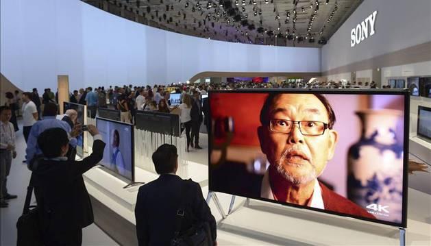 Foto de numerosas personas observan las televisiones que se muestran en el estand de Sony durante una Feria Internacional de Electrónica de Consumo (IFA) anterior en Berlín.