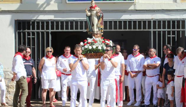 David Ganuza, Diego García, Manuel Barbarin y Rubén Garro sacaron la imagen del santo de la parroquia y la portaron por las calles de Ayegui.