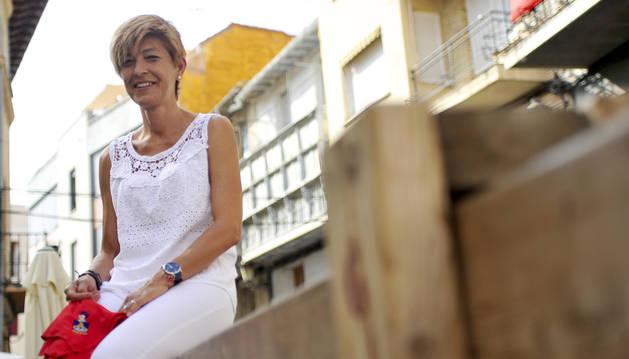 Nuria Autor Resano, con el pañuelo de Peralta aún sin anudar, en uno de los vallados del encierro a la altura de la plaza Principal.