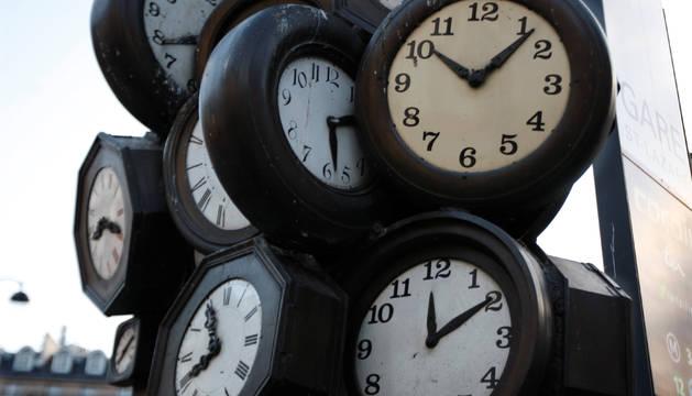 Imagen de archivo de varios relojes que marcan la hora.