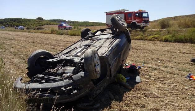 El coche accidentado en el término municipal de Allo.
