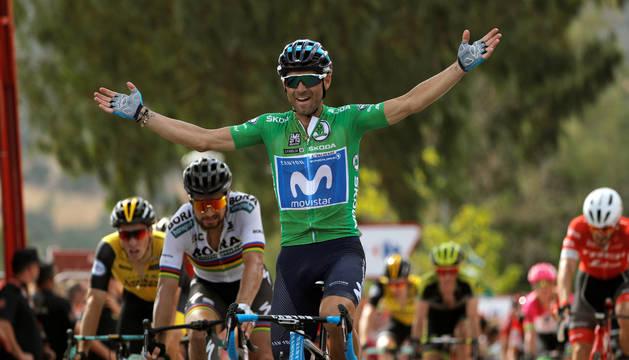 Alejandro Valverde cruza la meta por delante de Sagan.