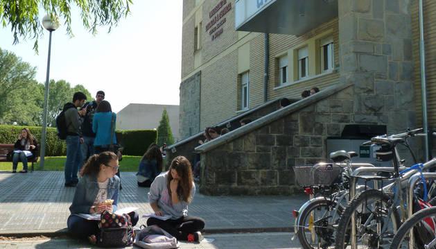 Un grupo de alumnos repasa en las puertas de la UNED Pamplona para los exámenes que comienzan este lunes. Las clases arrancarán el 1 de octubre.