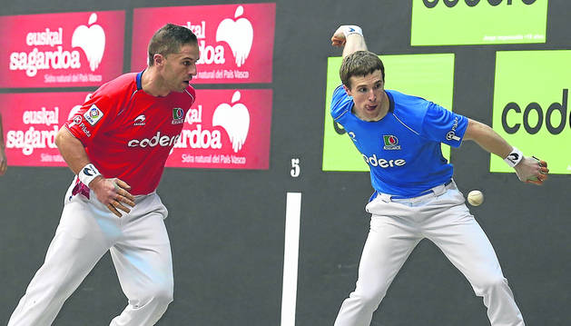 Iñaki Artola golpea a la pelota en presencia de Aimar Olaizola durante la semifinal de este domingo en Lekeitio.