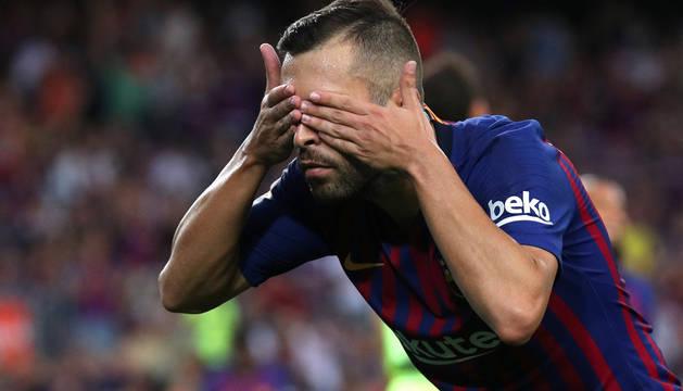 Jordi Alba celebra un gol tapándose los ojos.