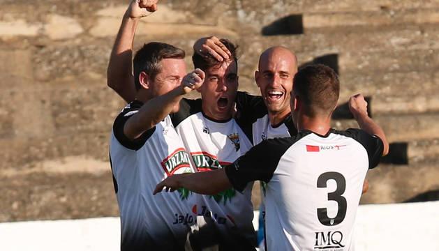 Tony Gabarré (segundo por la izda.), autor del gol, es felicitado por Víctor Bravo, Ion Vélez y Arellano.