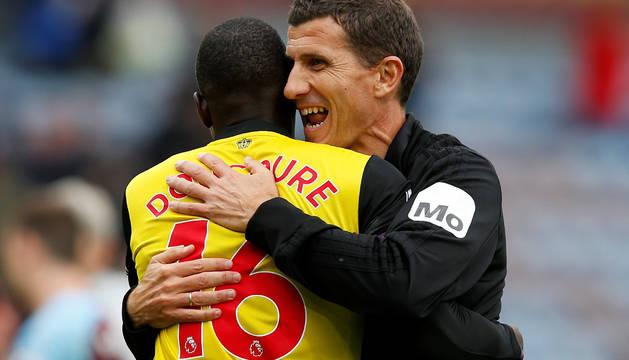 Javi Gracia se abraza con el centrocampista francés Abdoulaye Doucouré.
