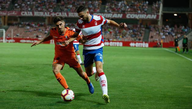 Nacho Vidal intenta frenar a Puertas, uno de los centrocampistas de banda del Granada.