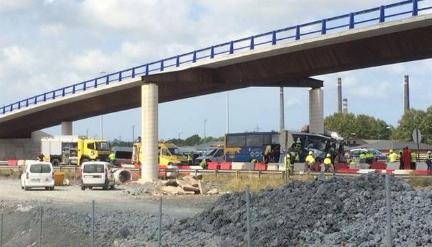 Al menos cuatro muertos al chocar un autobús con un pilar en la variante de Avilés