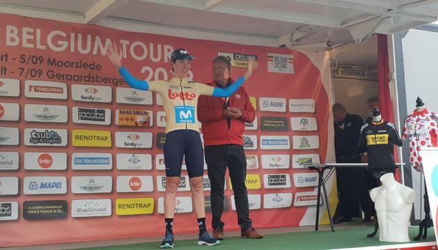 La francesa Bianni, con el maillot dorado de líder.