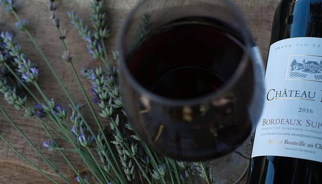 Una botella de vino y un ramo de lavanda.