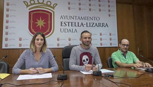 Desde la izda., Leticia Salsamendi; el alcalde, Koldo Leoz; y el concejal de Educación, Tito Martínez.