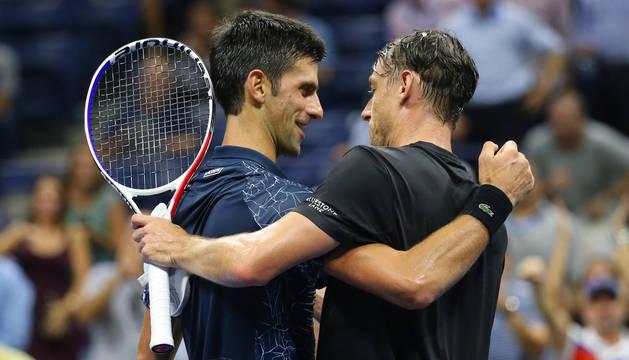 Novak Djokovic felicita a Millman tras el partido.