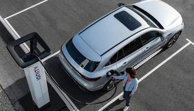 REPOSTANDO ELECTRICIDAD. Este es el único combustible que alimenta al SUV alemán: electricidad. Así reposta el EQC, que anuncia 450 kilómetros de autonomía.