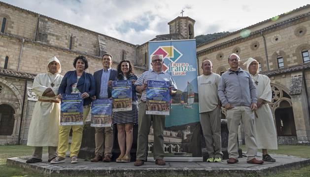 Actores, representantes de la asociación y patrocinadores, el jueves, en el Monasterio de Iranzu.