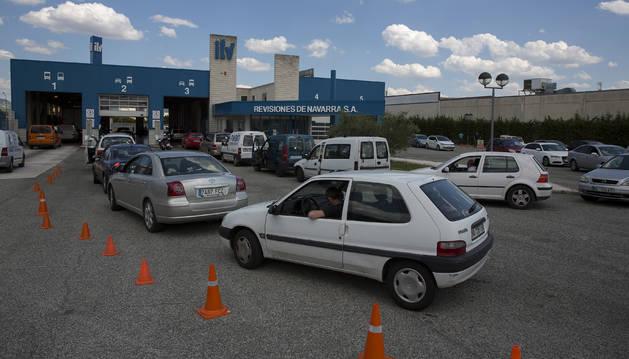 Las esperas de hasta tres horas para pasar la ITV fueron habituales durante los meses de julio y agosto en los centros de Pamplona y Noáin, en la imagen.