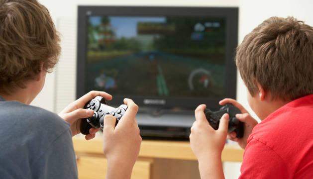Dos niños juegan a la videoconsola en una foto de recurso.