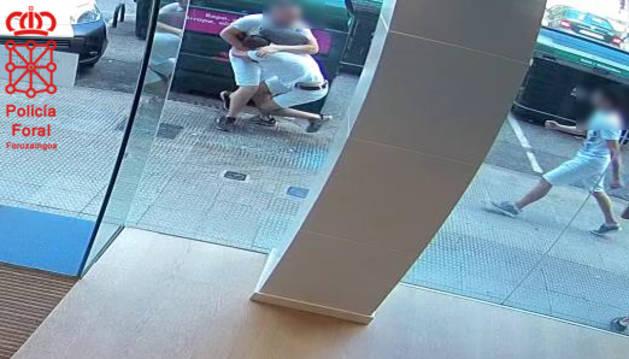 Detenidos tras dar una paliza en Ansoáin y ser grabados por la cámara de un banco