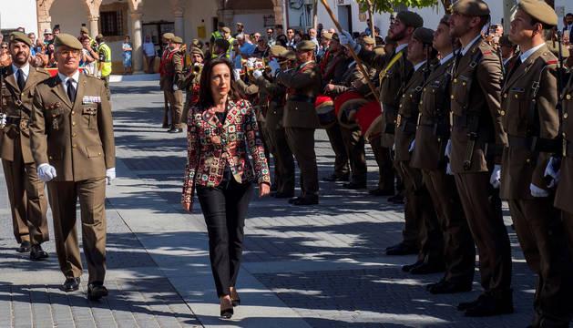 La ministra de Defensa, Margarita Robles, pasa revista a las tropas durante el acto de Homenaje a la Bandera Nacional en Uclés (Cuenca).