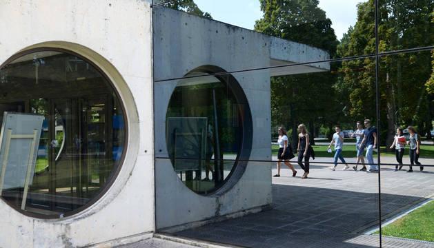 Un grupo de estudiantes en el exterior de la Universidad Pública de Navarra.