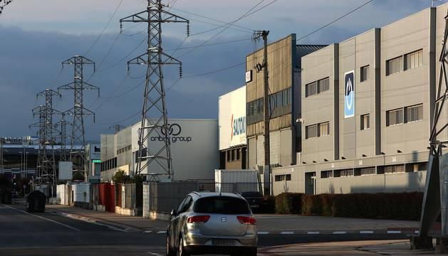 TENDIDO ELÉCTRICO: Los postes eléctricos están apostados en las inmediaciones de las empresas. Los afectados solicitan la opción del soterramiento.