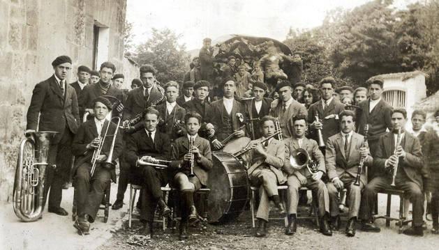 Banda Municipal de Aoiz en 1926, dirigida por Pedro Matxinandiarena -con saxofón-, en la plaza de Mendiburua.