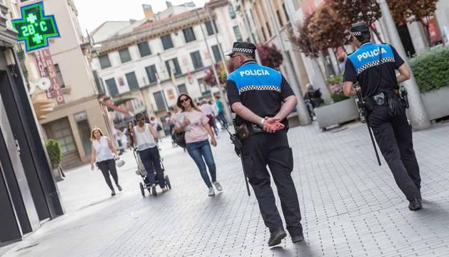 Agentes de la Policía Local de Tudela patrullan por la calle Gaztambide