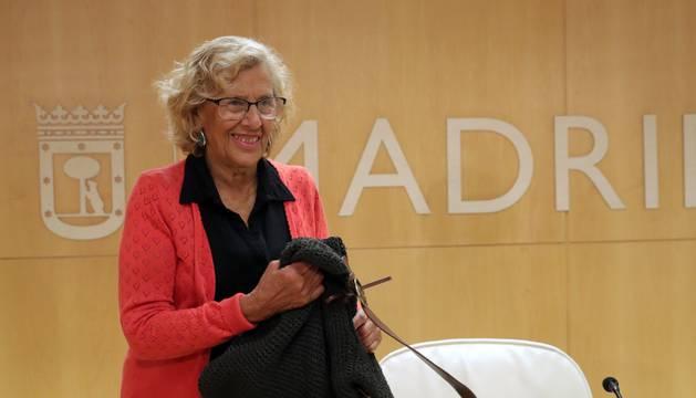 La alcaldesa de Madrid, Manuela Carmena poco antes de la rueda de prensa que ha ofrecido este lunes