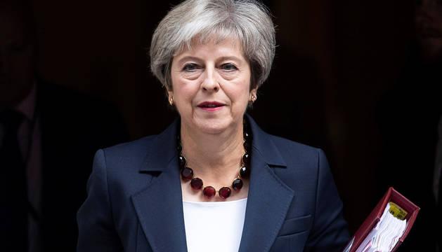 La primera ministra británica, Theresa May, sale del número 10 de Downing Street en el centro de Londres.