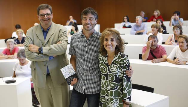 Alfredo Martínez, director de Asistencia Sanitaria; Gabriel González, periodista y autor, y Elena Aisa, presidenta de Asociación Besarkada/Abrazo.