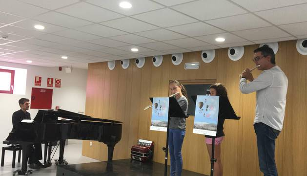 El director de la escuela, Javier Martínez, con dos alumnas durante el concierto del sábado.